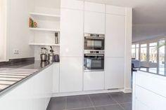 Deze moderne, greeploze, hoogglans witte keuken is geplaatst door onze deelnemer Meyer Totaal in Hillegom.