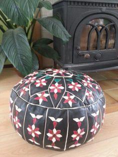 Zwarte leren poef met bloemen stiksels Ottoman, Chair, Furniture, Home Decor, Recliner, Homemade Home Decor, Decoration Home, Room Decor, Home Furniture