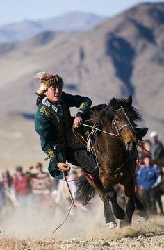 Tenge Alu competitie op het jaarlijkse Eagle Hunter Festival, Bayan Ulgii, west-Mongolie. Kijk voor meer reisinspiratie op www.nativetravel.nl