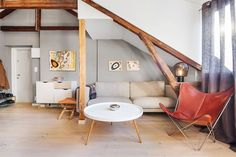 sala-com-paredes-cinzas-e-colunas-em-madeira-mesinha-de-centro