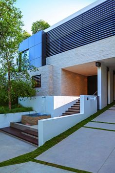 10 Modern Front Yard Landscaping Ideas : 10 Modern Front Yard Landscaping Ideas With White House Exterior Design Architecture Durable, Architecture Résidentielle, Contemporary Architecture, Amazing Architecture, Modern Exterior, Exterior Design, Modern Entry, Beverly Hills Mansion, Modern Mansion