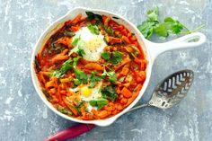 Dit gerecht uit het Midden-Oosten kun je in één pan maken. Ei en tomaat staan vast, verder kun je spelen met ingrediënten. - Recept - Allerhande