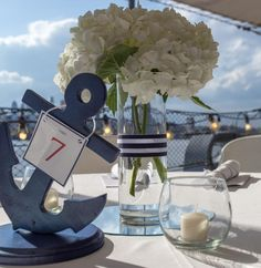 décoration marine avec ancre bougies hortensia blanc et guirlande lumineuse
