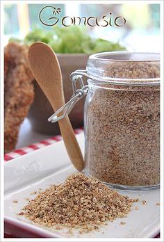 Le gomasio est composé d'un mélange de graines de sésame grillé et de sel marin puis le tout est broyé, utilisé depuis des millénaires au Japon. Chaque grain de sel est ainsi imprégné d'huile des grains de sésame broyés. Le sésame dont l'huile est très... Spice Blends, Spice Mixes, Reds Bbq, Marinate Meat, The Good German, Bbq Apron, Grilling Gifts, Dressing, Grilled Meat