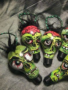 Creepy green Halloween heads painted on light bulbs. Zombie Christmas, Soirée Halloween, Adornos Halloween, Dark Christmas, Halloween Ornaments, Hanging Christmas Tree, Halloween Projects, Holidays Halloween, Halloween Decorations
