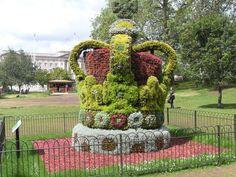 Extraordinario trabajo de jardineria!! La Corona Real en los jardines frente al Palacio de Buckingham