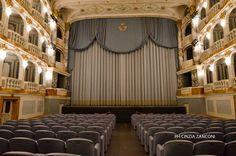 """""""Giulio Cesare"""" e il gonnellino malizioso Angelo Perugini, alla cui memoria noi del Consiglio direttivo del G.A.D. Calabresi abbiamo intitolato una rassegna teatrale che ha ancora, a distanza di anni, un gran successo, tentò all'inizio degli anni '60 un eccezionale esperimento teatrale. Come nota a"""