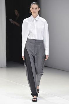 See the complete Chalayan Spring 2018 Ready-to-Wear  collection.