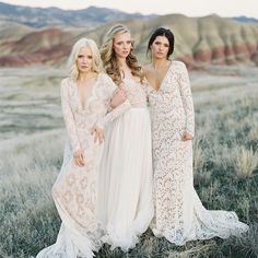 The dreamiest #lace wedding gowns by @_emilyriggsbridal in #thepaintedhills captured by @_mikeradford with HMU by @bethlevelartistry + florals by @tingefloral // so much more pretty from this editorial #onGWS today #paintedhillscollection #emilyriggsbridal #weddingdress