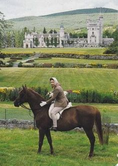 Queen Elizabeth II horse-riding at Balmoral / > the Queen only rode side saddle in ceremonial parades. Very beautiful picture for Queen Elizabeth II. Windsor, Royal Life, Royal House, Prinz Philip, Casa Real, Royal Queen, British Royal Families, Her Majesty The Queen, English Royalty