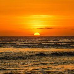 Um por do sol é sempre um espetáculo onde quer que estejamos um acontecimento diário que muitas vezes passa despercebido em virtude da correria da rotina. Gosto de lembrar que mesmo em dias nublados e chuvosos o sol continua lá esplendoroso dando seu show de luz e cores porque sabe que no dia seguinte as nuvens terão se dissipado assim como é nossa vida.  Gosto de olhar como os raios do sol mudam a cor da paisagem durante o poente mesmo olhando pela minha janela. Gosto de sentar e apreciar…