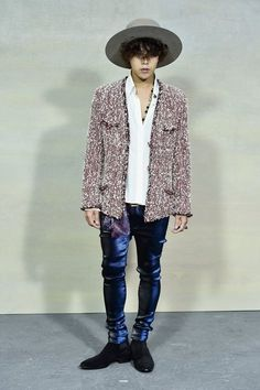 G-Dragon Photos - G-Dragon attends the Chanel show as part of the Paris Fashion Week Womenswear Spring/Summer 2015 on September 2014 in Paris, France. - Front Row at Chanel Korean Fashion Teen, Kpop Fashion, Fashion News, Tomboy Fashion, Men Fashion, Chanel Couture, Couture Fashion, Chanel Fashion Show, Paris Fashion