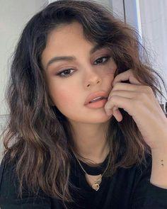 Selena Gomez classic makeup look selenagomez nudelip nudeeye Selena Selena, Selena Gomez Linda, Selena Gomez With Fans, Selena Gomez Cute, Selena Gomez Short Hair, Maquillaje Selena Gomez, Selena Gomez Makeup, Classic Makeup Looks, Short Blonde Pixie