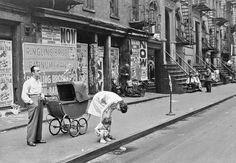 Couple et leur enfant qui fait pipi dans la rue © Copyright Helen LEVITT