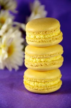 Purple and Gold, Yellow - Lemon Buttercreme Macarons Köstliche Desserts, Delicious Desserts, Dessert Recipes, Yummy Food, Lemon Macaroons, French Macaroons, Cuisine Diverse, Macaroon Recipes, Mint Chocolate