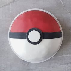 Pokémon cake - Poké Ball #birthdaycake #pokemon #pokeball #fondant #taart