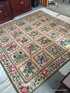 The Caswell quilt - but with great additions (sawteeth around the blocks, . Quilt Square Patterns, Applique Quilt Patterns, Hand Applique, Caswell Quilt, Millefiori Quilts, Flower Quilts, Quilt Border, Sampler Quilts, Quilt Festival