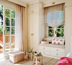 Dormitorio infantil con mueble alrededor de la ventana