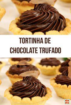 Recheie cada massa de tortinha com uma espiral de trufa e decore com raspinhas de chocolate. Mini Tortas, Pastry Cake, Caramel Apples, Mousse, Sweet Recipes, Cake Recipes, Chocolates, Food Porn, Lucca