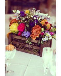 La primavera llena de color nuestras vidas Y nuestras bodas! Esta temporada son tendencia los centros de mesa de estilo rústico con una mezcla explosiva de flores de temporadas (siempre que el estilo rústico vaya con el resto de la temática claro). Qué os parecen a vosotros?  #Spring #WeddingTrends #Primavera #bodas2017