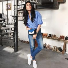 White pointed sneakers, mom jeans, blue blouse and small crossbody bag Women's Summer Fashion, Paris Fashion, Girl Fashion, Fashion Outfits, Fashion Trends, Net Fashion, Fashion Photo, Street Fashion, Casual Outfits