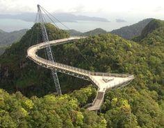 Langkawi SkyBridge, Malasia Es un puente suspendido a 700 metros totalmente curvo y de 125 m de largo