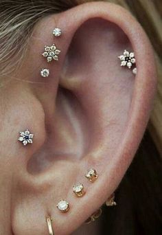 Cute Multiple Flower Ear Piercing Jewelry Ideas for Women – lindo oreja joyas p… - Schmuck Piercings For Small Ears, Pretty Ear Piercings, Multiple Ear Piercings, Different Ear Piercings, Unique Piercings, Piercings For Girls, Piercing Implant, Helix Piercings, Tattoo Und Piercing