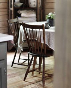 Farmhouse Chairs, Country Style Homes, New Week, Wishbone Chair, Kitchen Dining, Dining Room, Bar Stools, Dining Chairs, House Styles