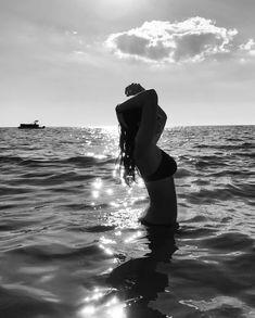 - Photography, Landscape photography, Photography tips Beach Photography Poses, Beach Poses, Summer Photography, Poses For Pictures, Picture Poses, Summer Pictures, Beach Pictures, Insta Pictures, Shotting Photo