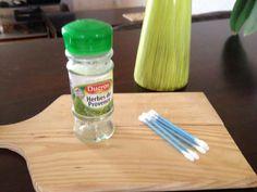 motricité fine - Introduire les coton-tige dans les trous du pot à épices