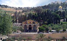 3. La Basílica de Getsemaní, también conocida como Basílica de las Naciones o de la Agonía, situado en el Monte de los Olivos de Jerusalén, junto al jardín de Getsemaní. En su interior se encuentra la porción de roca en la que, según la tradición, Jesús oró la noche de su arresto, después de celebrar la Última Cena.jpg (1024×631)