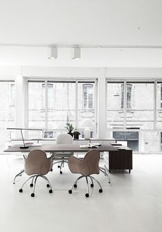 love the window pain… this office is spacious