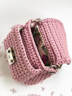 A small handbag, delicate pink color.There is an external pocket that helps to conveniently organize the storage of things in the bag. Can be worn on a thin chain or in hands on a short handle.It looks very feminine. Diy Crochet Bag, Crochet Bag Tutorials, Crochet Backpack, Crochet Clutch, Crochet Handbags, Crochet Purses, Cute Crochet, Crochet Crafts, Tunisian Crochet Patterns