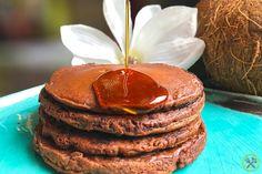 #PALEO #CHOCOLADE #PANNENKOEKEN: Deze paleo chocolade pannenkoeken zijn de allerlekkerste en gezondste chocolade pannenkoeken ooit, ideaal als ontbijt of vieruurtje, eigenlijk een echte traktatie op een druilerige ochtend.  Mijn recept is simpelweg op basis van kokosmeel en kokosyoghurt, een beetje amandelmeel en een schepje rauw cacaopoeder.