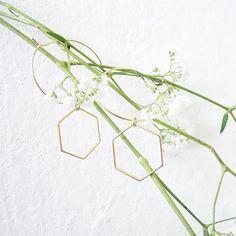 Hello   Alveoles hoops with flowers 💐   Bonne journée #picoftheday #giselb #jewels #jewelry #mode #fashion #designer #alveole #hexagon #geometric #beautiful #flowers #green #gold #bijoux