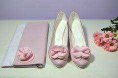 Růžové svatební lodičky, boty v K-stylu. Vychozí model Marry + zdobení exkluziv č. 7. + psaníčko na přání se zdobením exkluziv č. 7. Stejný materirál pro boty i kabelku. Růžová - pink. Chanel Ballet Flats, Model, Shoes, Fashion, Moda, Zapatos, Shoes Outlet, Fashion Styles