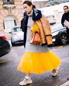 Street Style // Street outfit idea with tulle skirt. Street Style // Street outfit idea with tulle skirt. Looks Street Style, Street Style Trends, Looks Style, Street Styles, Street Style Vintage, Look Vintage, Look Fashion, Fashion Outfits, Fashion Design