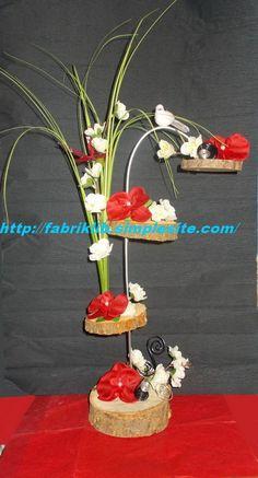 Composition florale avec fleur en soie rouge