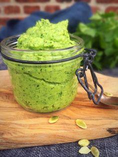 Broccoli pesto - recipe for healthy green pesto dip with broccoli Pesto Dip, Raw Food Recipes, Vegetarian Recipes, Cooking Recipes, Healthy Recipes, Kreative Snacks, Pesto Dressing, Broccoli Pesto, I Love Food
