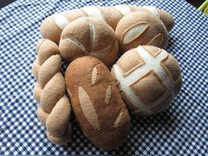 Pain ensemble comprend assortiment de différentes sortes de pain (6 inclus).  Pain français est environ 13 pouces de longueur.