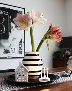 Vase im Streifen-Look! Die Mode macht es vor: Der Winter geht auf Streifzug! Verpasst euren Blumen ein Vasen Kleid in Monochrom Optik und holt Euch den schwarz-weiss Trend ins Esszimmer. // Handgefertigte Vase Schwarz Weiß Keramik Blumenvase Bouquet Tischdeko Esszimmer Flower#Vase#Blumen#Esszimmer#Monochrom#Streifen#DekoIdeen@my_home_today