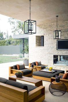 El patio, completo con un lugar para el fuego y una hermosa decoración con muebles a medida www.Dizenos.cl