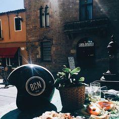 No hay nada más mediterráneo que disfrutar del sol en pleno mediodía 🕶☀️😁 con @bcnbrand 👌🏻👌🏻🔝 #helmet #bcn #mediterraneamente #sun #fashion #style #design