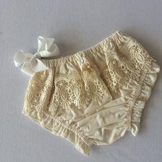 Tapa fralda em 100% algodão, com aplicação de bordado guipir - tamanho até 12 meses (dependendo do bebe)  *escoher a cor desejada no pedido!
