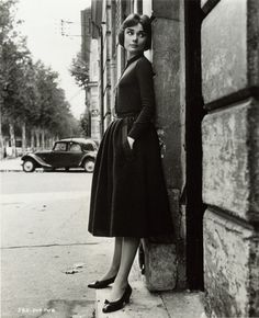"""The actress Audrey Hepburn photographed by Marc Shaw in Paris (France), during a break in the filming of """"Love in the Afternoon"""", in November 1956. Bloglines (1K+)"""