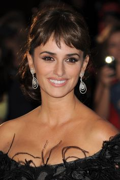 """Makeup artist Matthew Van Leeuwen went the classic Hollywood route on Lancôme ambassadress Penelope Cruz makeup look for the Pirates of the Caribbean 4 premiere. Well-defined brows framed Penelope's """"strong, stretched out"""" eyes, which were topped with lo Celebrity Makeup Looks, Celebrity Beauty, Penelope Cruz Makeup, Penelope Cruze, Beauty Secrets, Beauty Hacks, Really Long Hair, Short Bangs, Just Beauty"""
