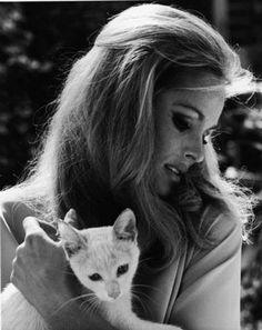 Ursula Andress y su gato