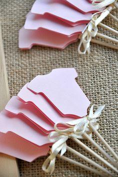 Nuestra mamá Confetti Rosa mono Cupcake Picks son perfectas para añadir un toque un poco a su baby shower. Ellos hacen su casera o almacenar compró cupcakes se parecen a 1 millón de dólares. Y no tenga miedo de pegarse en otros alimentos al azar. Muffins de pensamiento, brownies y si te sientes loco pegan en un filete. ¿Por qué no?  Estos Cupcake Toppers fueron diseñados utilizando la luz rosa onesies y adornado con arcos de la cinta satén marfil lujoso.  Tamaño: mono – 1.6″ x 1.5″…