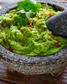 GUACAMOLE O GUASACACA 🥑. El delicioso guacamole o guasacaca como le conocen en algunos paises. Es el acompañante perfecto para casi cualquier comida. Sabor, cremosidad y consistencia son los atribuos que definen este adereso a la perfección. Te presentamos una receta clásica de esta divinura, sin embargo, este tipo de salsas pueden modificar su sabor al gusto de la persona; desde volverlo picante, con un toque más de ajo o algo más simple. ¡Simplemente a tu gusto!. >>> INGREDIENTES: - 1… Fresh Guacamole, Ripe Avocado, Fajitas, Cilantro, Roast, Spices, Cooking, Ethnic Recipes, Dips