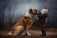 Madre rusa toma estupendas fotografías de sus hijos con los animales de su granja